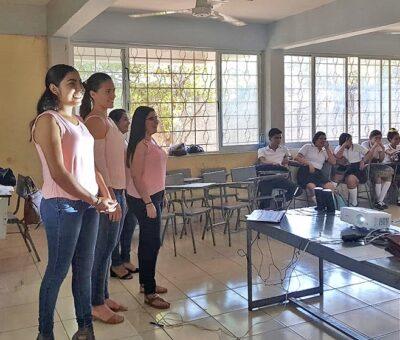 Capacitan alumnos de la UdeC a jóvenes de secundaria en discriminación, liderazgo y bullying