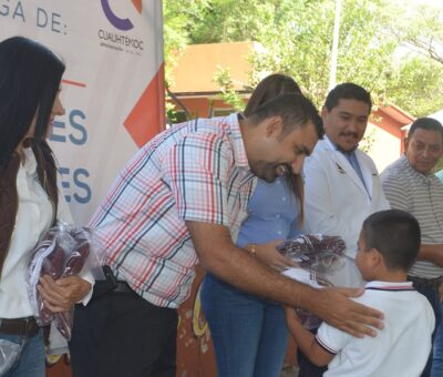 Entrega Rafael Mendoza uniformes escolares gratuitos en la escuela 20 de noviembre de Quesería