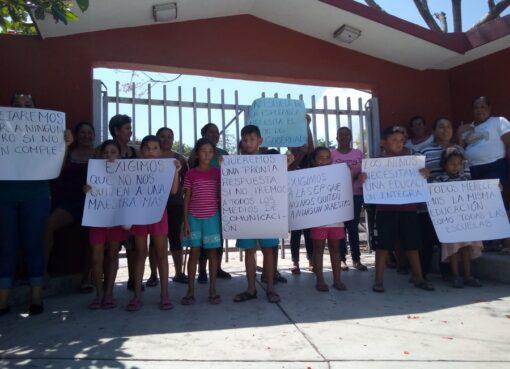Piden al Gobernador no quitar ni un Maestro más de la Escuela Morelos de La Esperanza, Coquimatlán