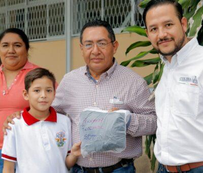Entrega Coordinador de Comunicación Social uniformes gratuitos en escuelas del municipio de Colima