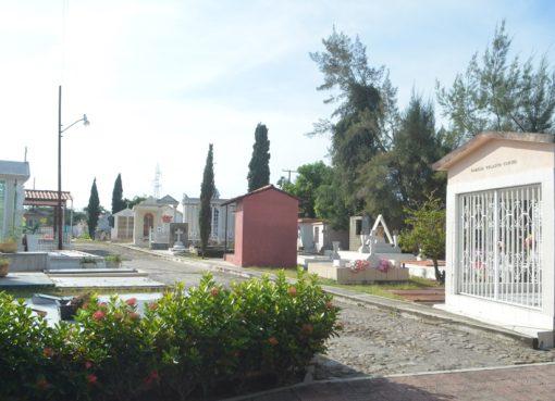 Panteones listos para la celebración del Día de Muertos