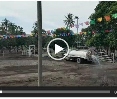 Funcionario de Elías Lozano usa pipa oficial para regar su plaza de toros