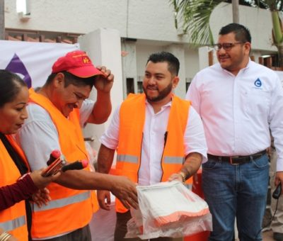 Entrega Salvador Bueno equipo y herramientas a trabajadores de la COMAPAL