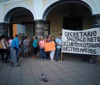 Se manifiestan en conferencia de Santiago Nieto porque no les llegan los apoyos de AMLO