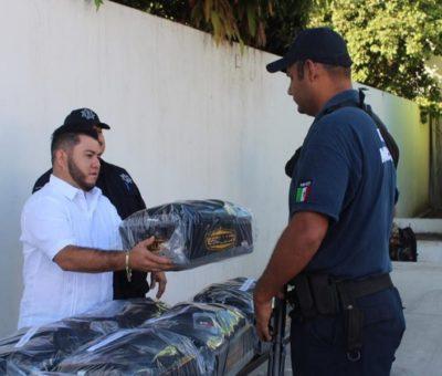 Entrega Salvador Bueno uniformes a policías de Armería