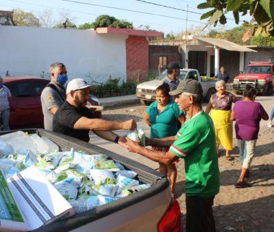 Entrega alcalde Salvador Bueno 3 mil litros de leche, gel antibacterial y cubre bocas