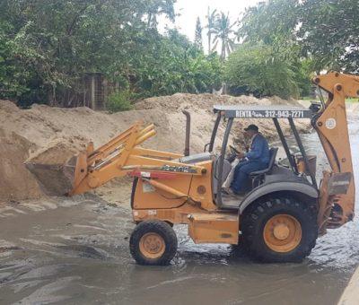 Juan Carlos Pinto apoya con maquinaria para desazolve del arroyo Santiago