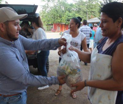 Con su sueldo, Salvador Bueno coloca 30 lámparas y regala 100 despensas en la comunidad de Coalatilla