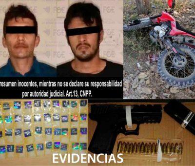 Detiene FGE a dos con arma y narcóticos en el Chavarín