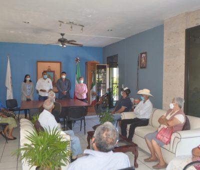 Con recursos propios, Rafael Mendoza continúa con la entrega de apoyos a personas de la tercera edad