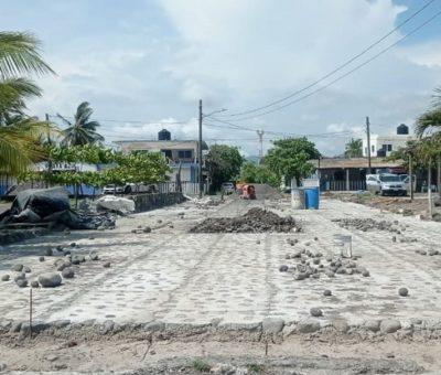 Arrancan rehabilitación de calles con empedrado ahogado en concreto en Cuyutlán