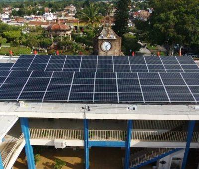 Cambio a paneles solares para el alumbrado público en edificios,  disminuyó a un 50 % el gasto